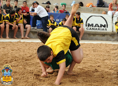 Escolares bregando (Federación de Lucha Canaria)